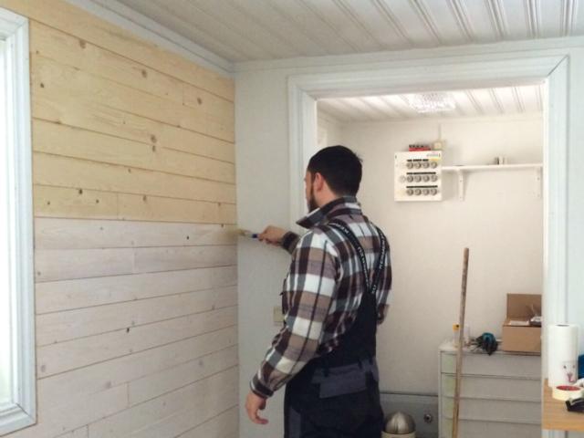 Rauspund weißen im Ferienhaus in Schweden